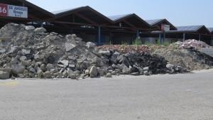 Si porta via cemento per fare spazio a campi dimostrativi