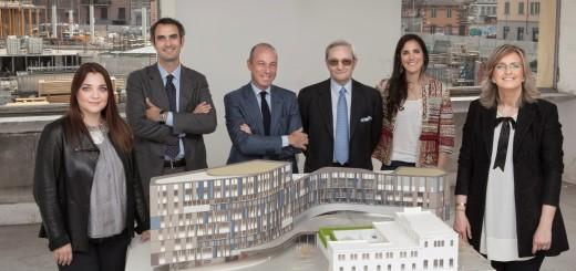 La famiglia Lavazza di fronte al plastico del nuovo quartier generale torinese